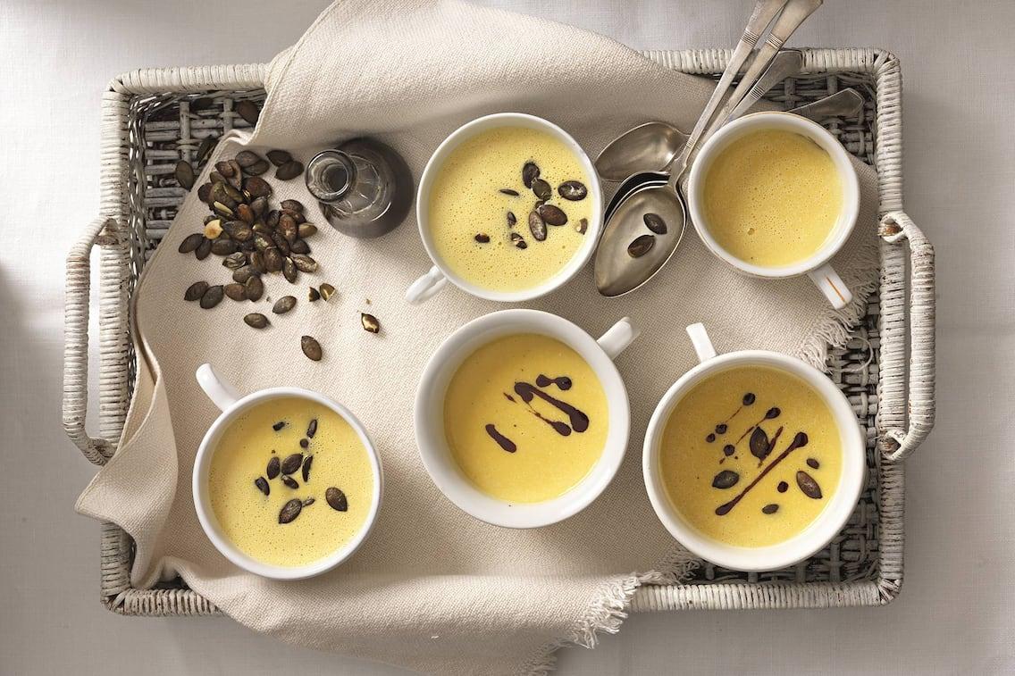 Steirische Kürbiscremesuppe, Kürbiskernöl, Kürbiskerne, Suppenschüsseln, Rezept