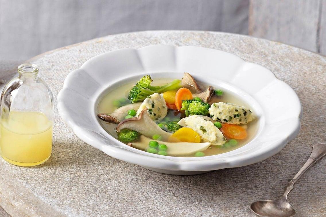 Zitronensaft, Brokkoli, Karotten, Erbsen, gelbe Rüben, Kräuterseitlinge, Nockerl, Schnittlauch, Suppe, Servus Rezept