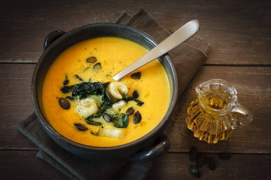 Kürbissuppe, Suppe, Cremesuppe, Kürbiskerne, Mangold, Servus Rezept