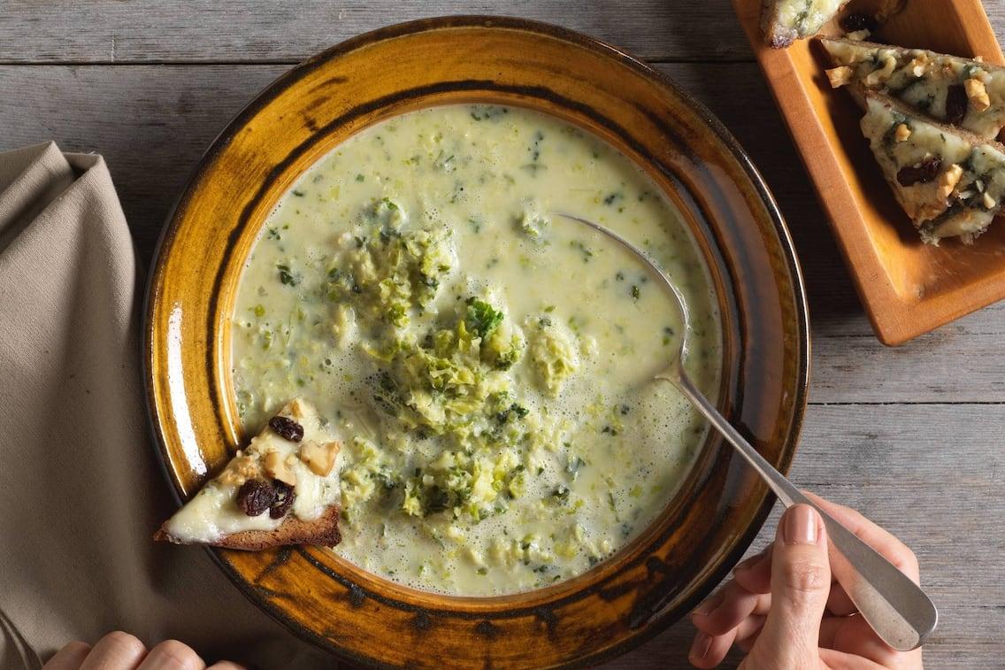Wirsingkohlsuppe, Wirsing, Suppe, Gorgonzolabrot, Gorgonzola, Brot, Schüssel, Löffel, Schale, Holztisch