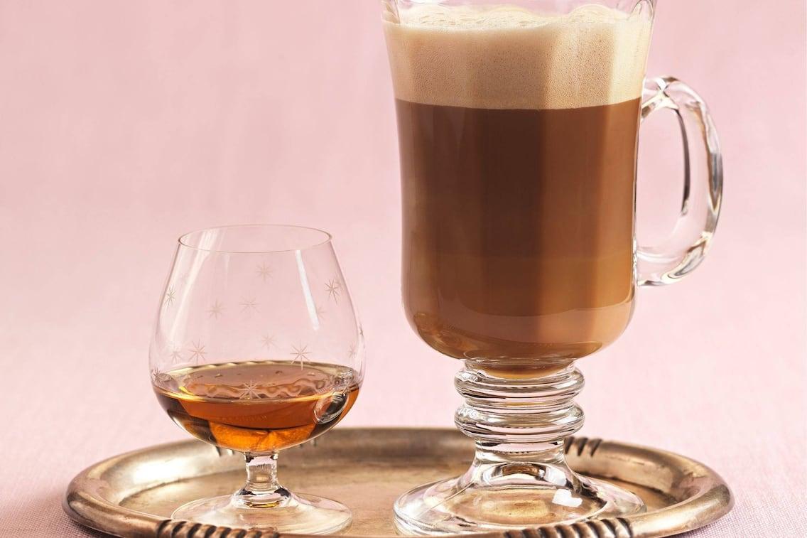 Kaffe, Creme, Weinbrand, Glas, Tablett, Servus Rezept