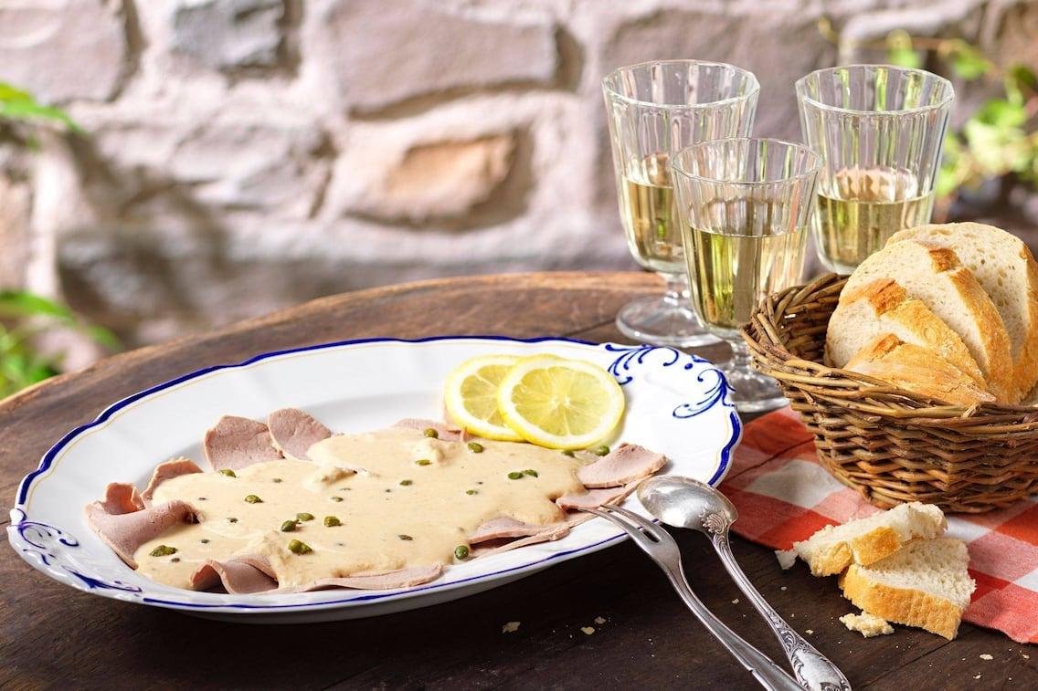 Vitello tonnato, Zitronenscheiben, Kapern, Weißbrot, Weißwein, Hauptspeise, Servus Rezept