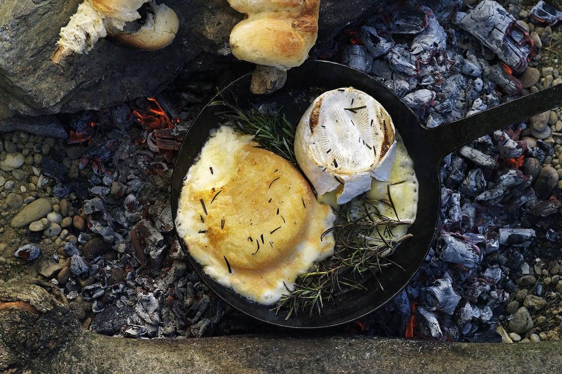 Warmer Käse mit Steckerlbrot (Bild: Eisenhut & Mayer)