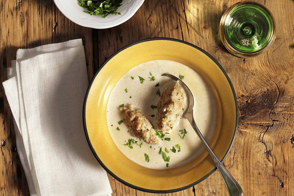 Weinsuppe mit Grammelnocken (Bild: Eisenhut & Mayer)