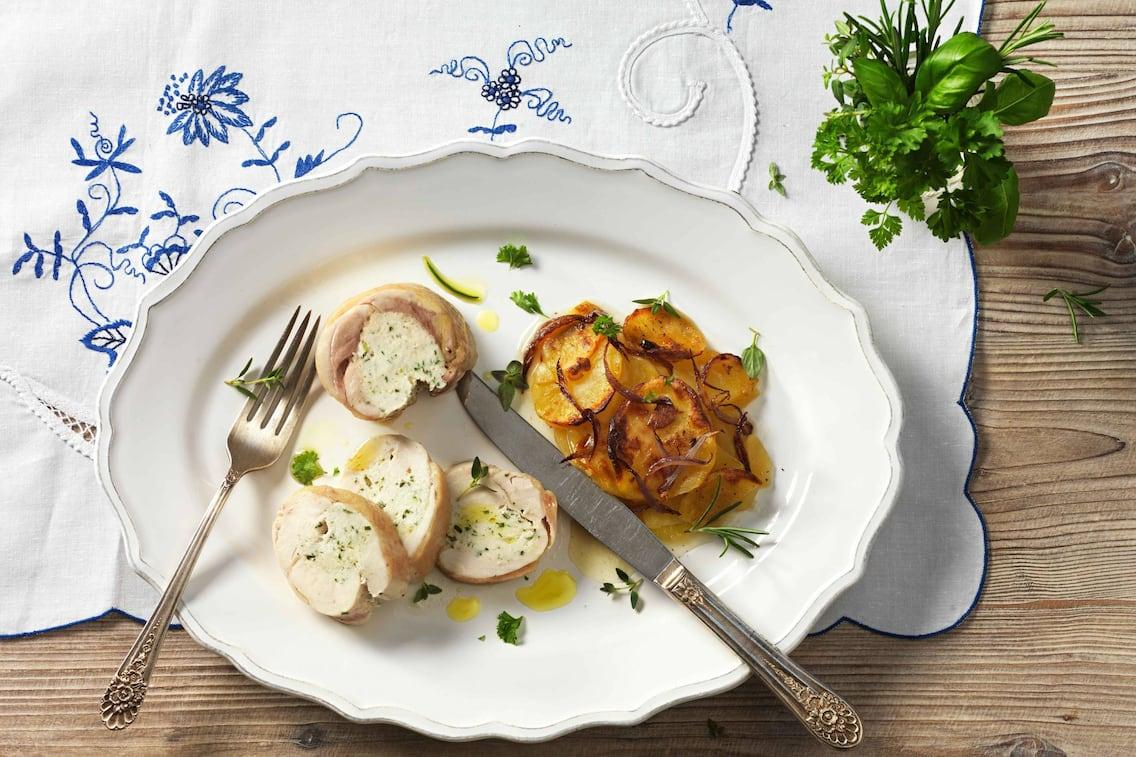 Wetzmanner Huhn mit Kräuterfarce-Fülle und Erdäpfel-Zwiebel-Gratin (Bild: Eisenhut & Mayer)