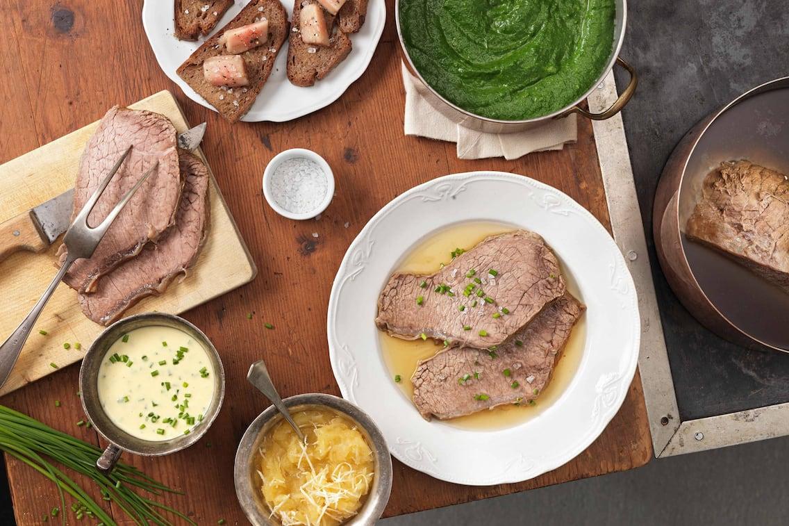 Tafelspitz mit Schnittlauch-Sauce, Apfel-Kren und Cremespinat (Bild: Eisenhut & Mayer)