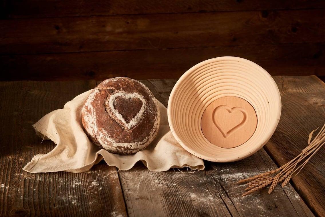 Brot backen mit Herz-Motiv (Foto: Servus am Marktplatz)