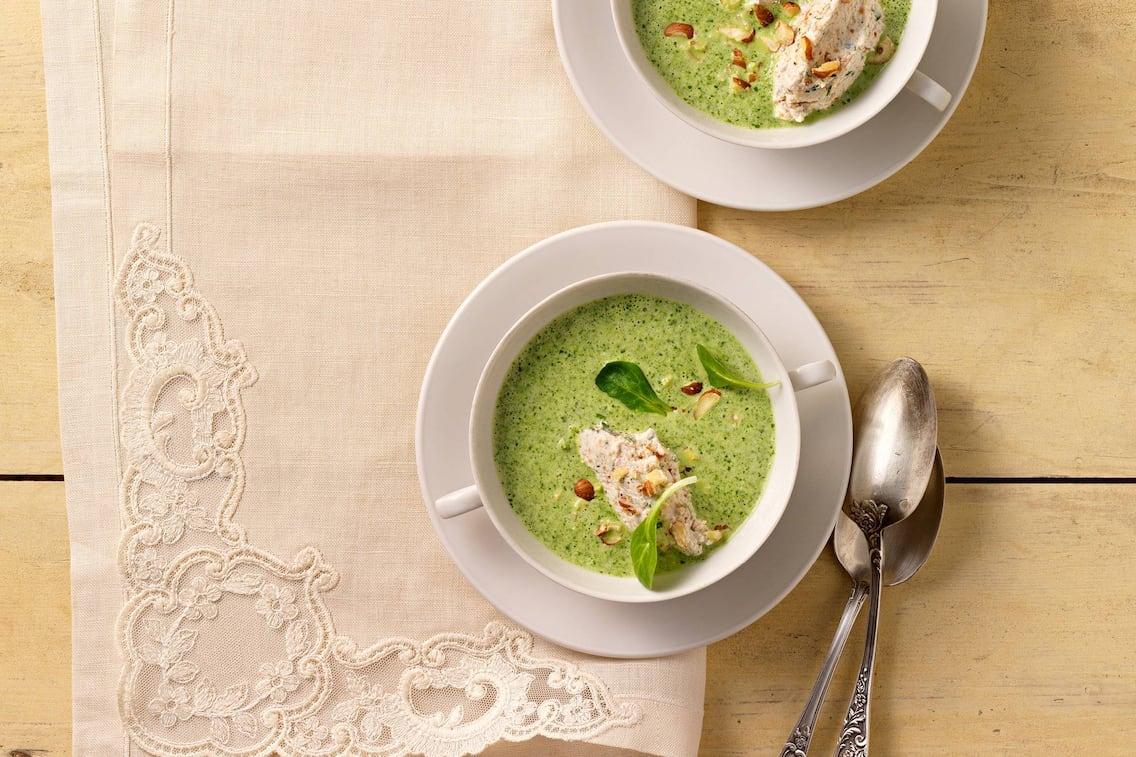 Vogerlsalat mit Haselnuss-Topfennockerln, Vogerlsalat, Salat, Haselnüsse, Topfen, Nockerl, Suppe, Servus Rezept