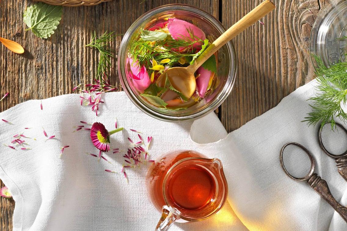 Sauerhonig, Oxymel, Blüten, Kräuter, Glasschüssel, Krug, Servus Rezept