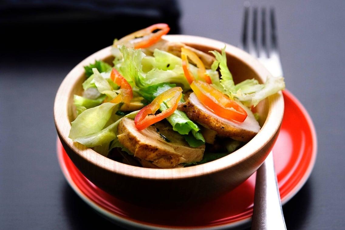 Salat, Pfefferoni, Hühnerstücke, Vorspeise, Servus Rezepet